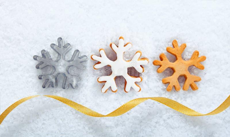 Biscotti del fiocco di neve di natale su neve fotografia stock libera da diritti