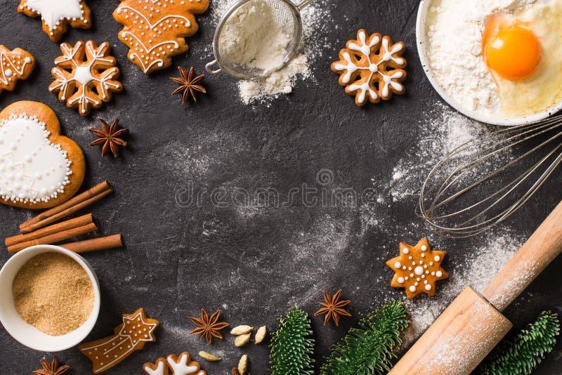 Biscotti del fondo del pan di zenzero di Natale con l'ingrediente che cucina, concetto di festa del buon anno fotografie stock