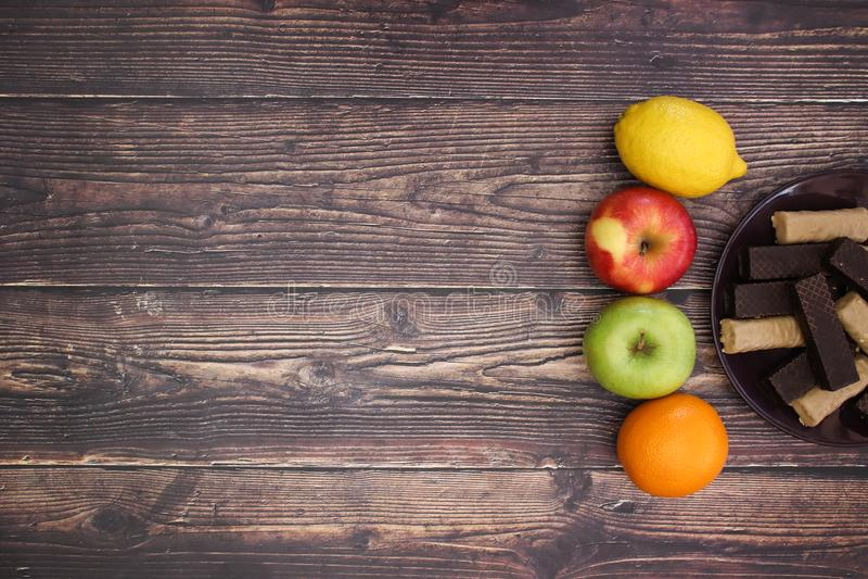 Biscotti del limone e dell'arancia e del cioccolato di Apple sulla tavola immagini stock libere da diritti