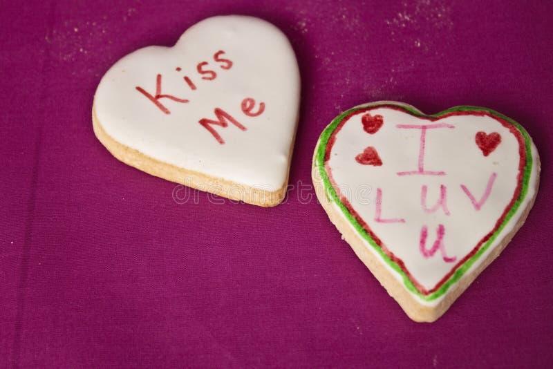Biscotti del messaggio del biglietto di S. Valentino fotografie stock