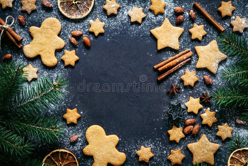 Biscotti del pan di zenzero di Natale, spezie ed albero di abete fotografia stock