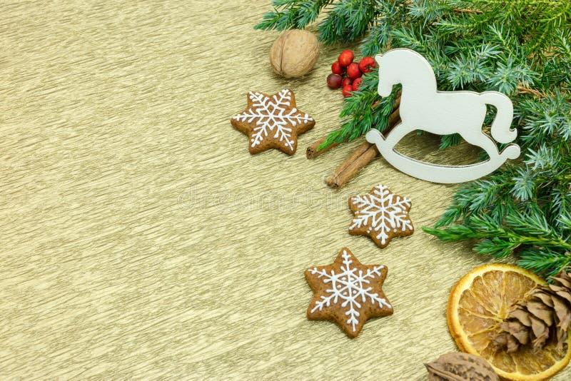 Biscotti del pan di zenzero e decorazioni casalinghi di natale su oro b fotografia stock libera da diritti