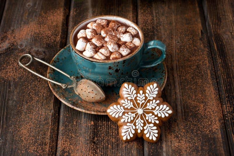 Biscotti del pan di zenzero di Natale con cioccolata calda e le caramelle gommosa e molle fotografie stock libere da diritti