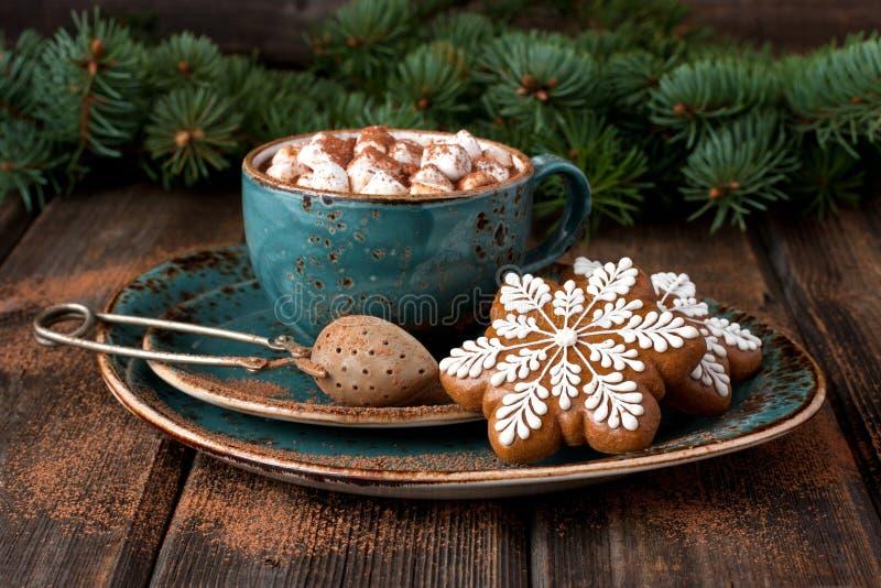 Biscotti del pan di zenzero di Natale con cioccolata calda e le caramelle gommosa e molle fotografia stock libera da diritti