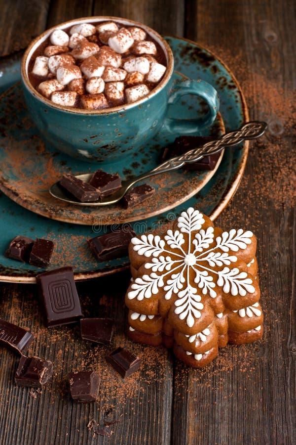 Biscotti del pan di zenzero di Natale con cioccolata calda e le caramelle gommosa e molle fotografia stock