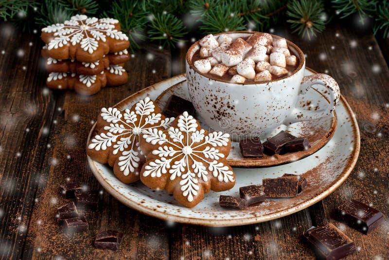 Biscotti del pan di zenzero di Natale con cioccolata calda e le caramelle gommosa e molle immagine stock