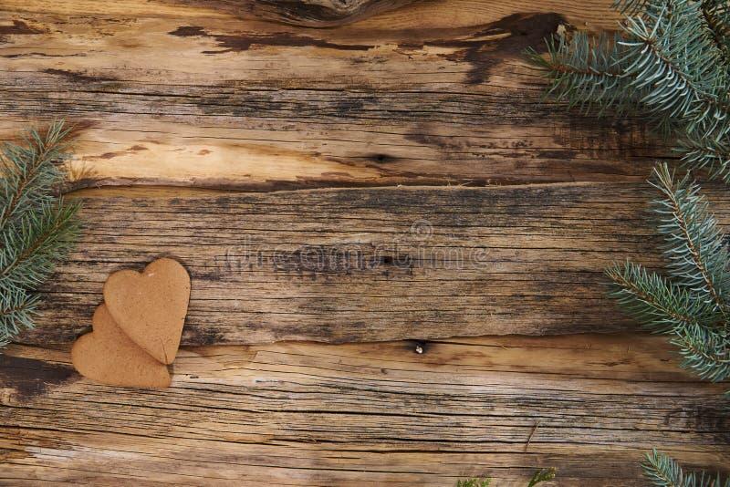Biscotti del pan di zenzero di Natale ed albero di Natale casalinghi su un fondo di legno fotografia stock libera da diritti