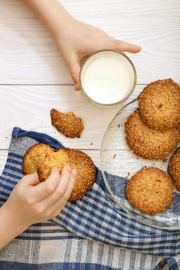 Biscotti del sesamo con latte per la prima colazione per i bambini fotografia stock