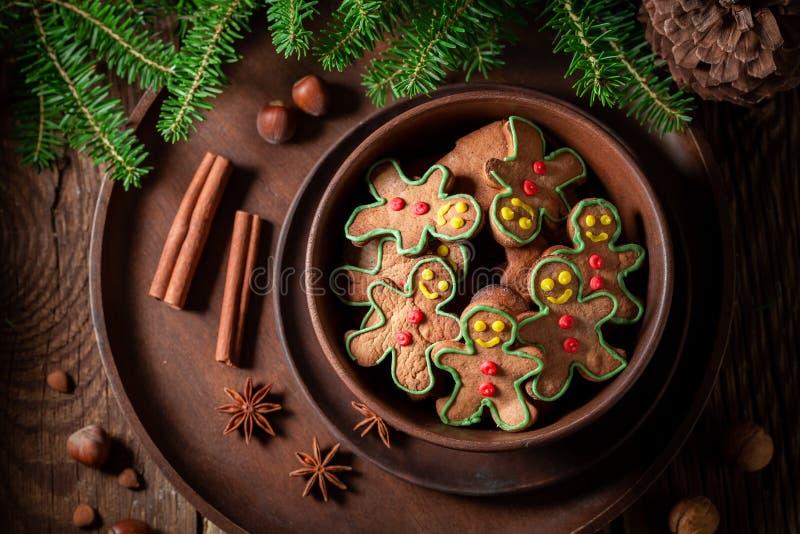 Biscotti deliziosi ed aromatici di Natale in ciotola marrone immagine stock