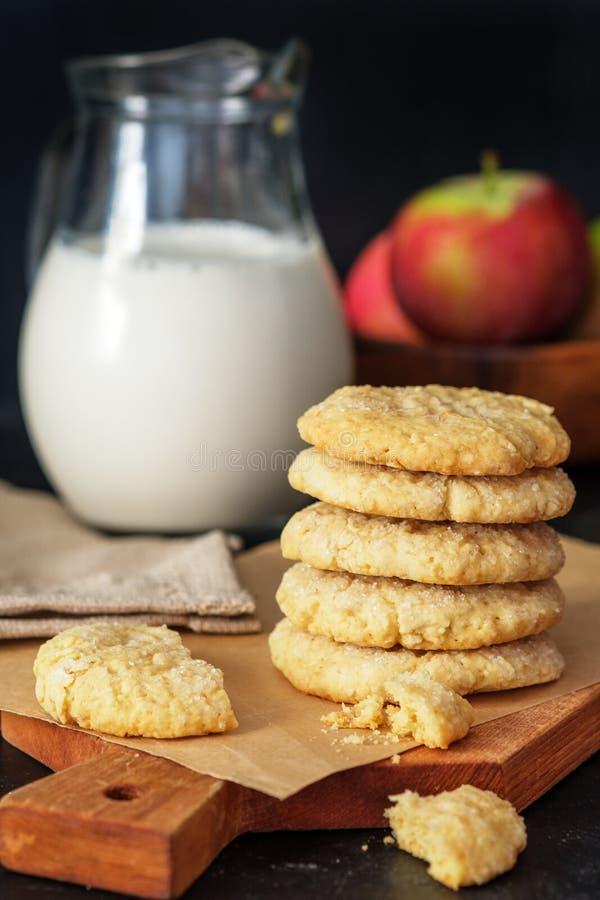 Biscotti dell'arachide su un panno homespun con l'arachide ed i biscotti Nessuno shugar aggiunto Burro di arachide Forno del burr fotografie stock