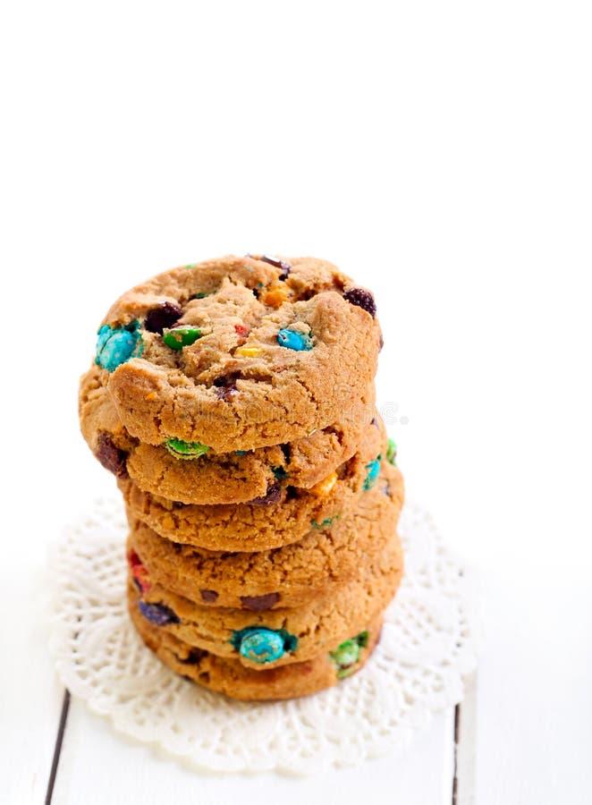 Biscotti dell'arcobaleno con il cioccolato rivestito dello zucchero variopinto immagini stock libere da diritti