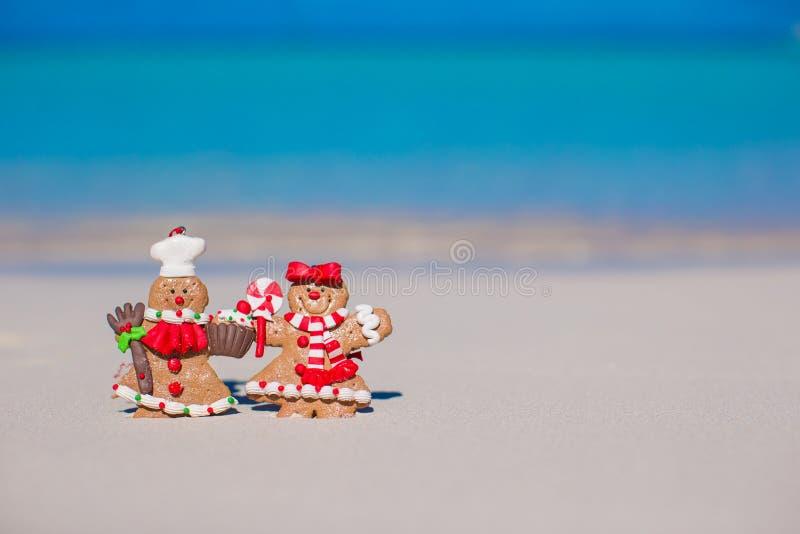 Biscotti dell'uomo di pan di zenzero di Natale su un bianco sabbioso fotografia stock