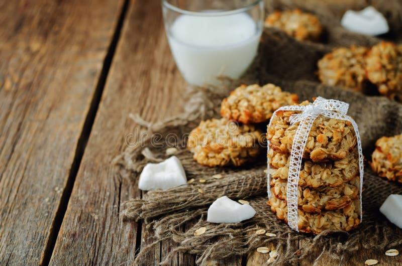Biscotti della noce di cocco della farina d'avena fotografie stock libere da diritti