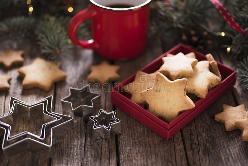 Biscotti della stella di Natale con caffè immagine stock libera da diritti