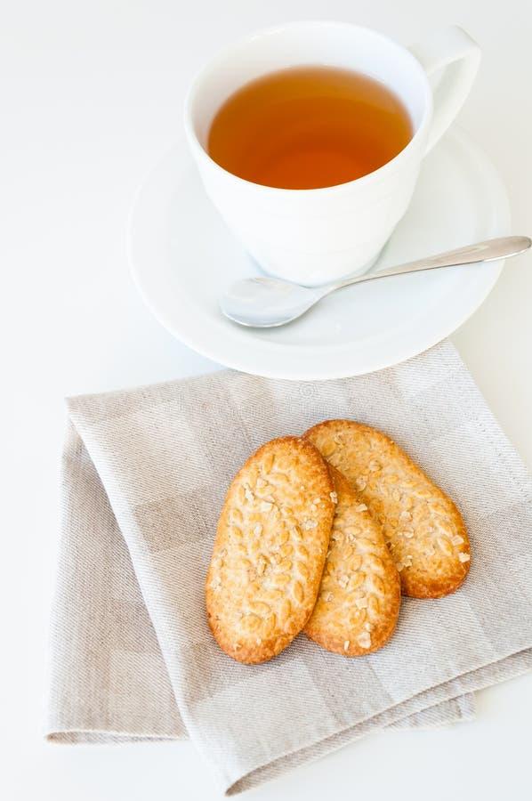 Biscotti della tazza e del cereale di tè immagine stock