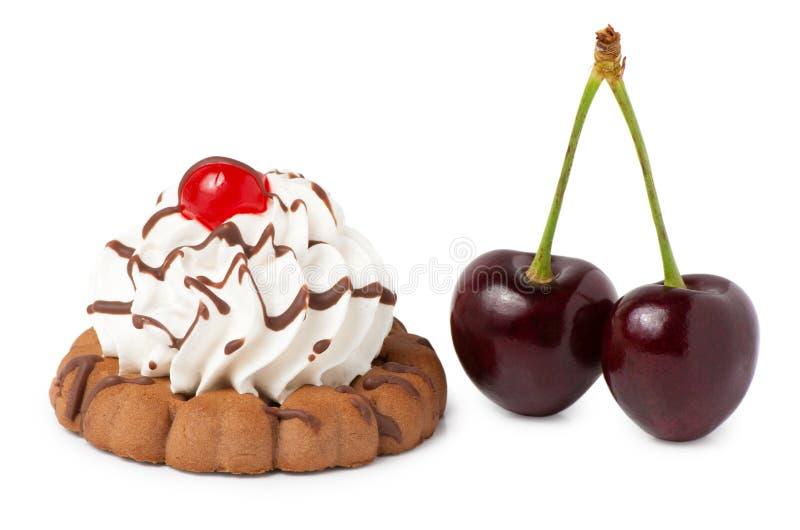 Biscotti di biscotto al burro con crema e gelatina e ciliegia della bacca fotografie stock libere da diritti