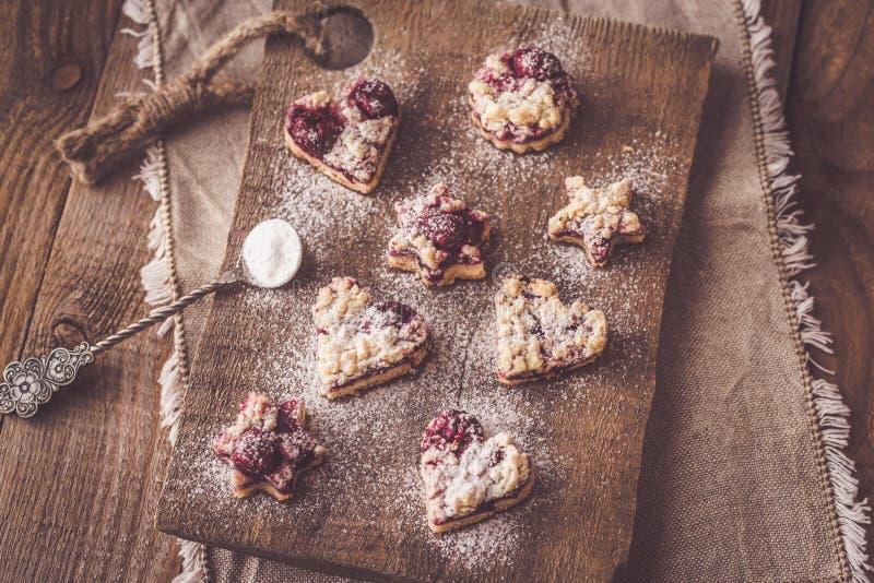 Biscotti di biscotto al burro con il materiale da otturazione della ciliegia fotografie stock