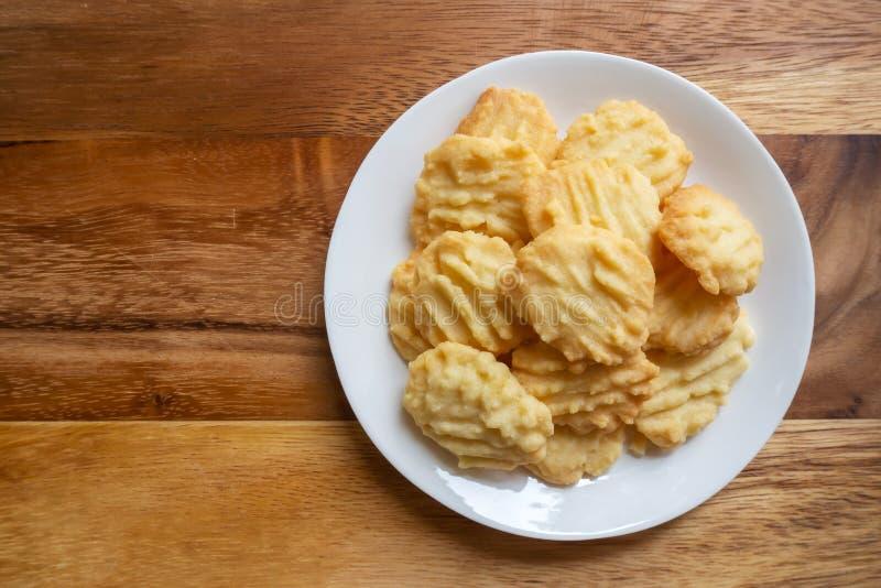 Biscotti di burro casalinghi sulla tavola di legno Dessert dolce fotografie stock