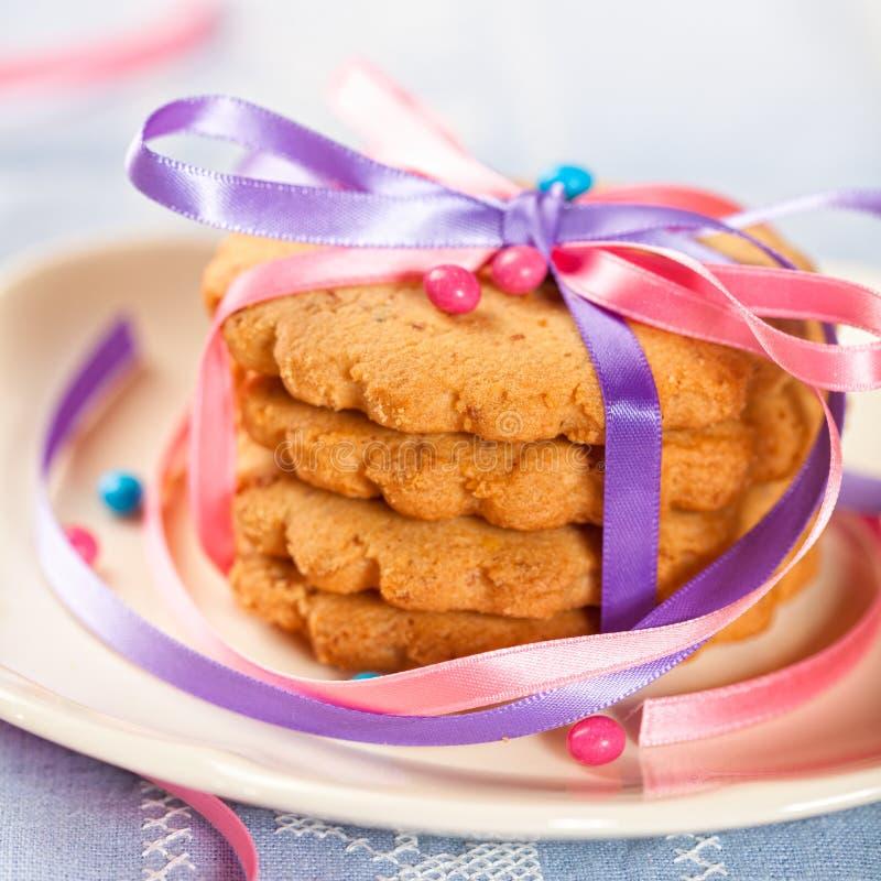 Biscotti di burro con le decorazioni della torta immagine stock