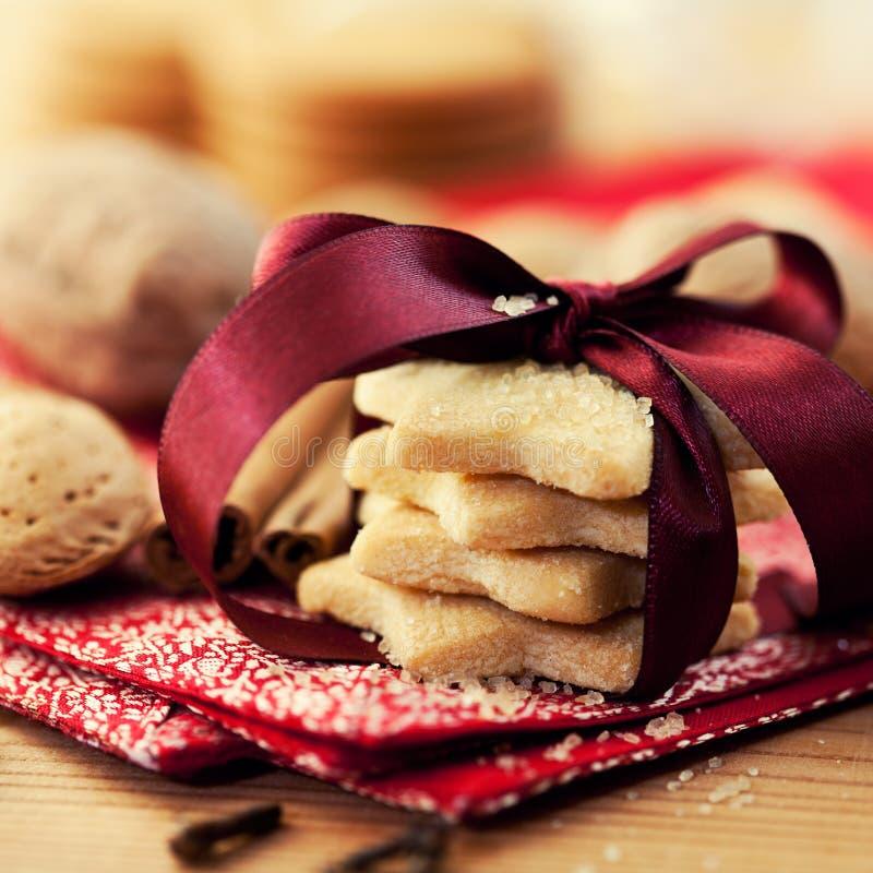 Biscotti di burro di natale con zucchero marrone fotografia stock libera da diritti