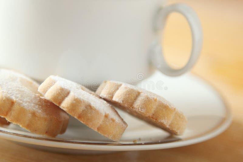 Biscotti di Canestrelli dell'italiano sul piattino di una tazza immagini stock libere da diritti