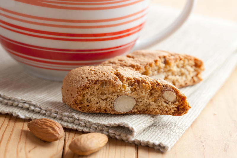Biscotti di cantuccini e tazza di caffè italiani fotografie stock libere da diritti