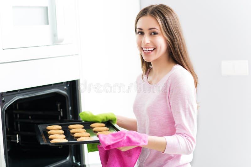 Biscotti di cottura della donna immagine stock