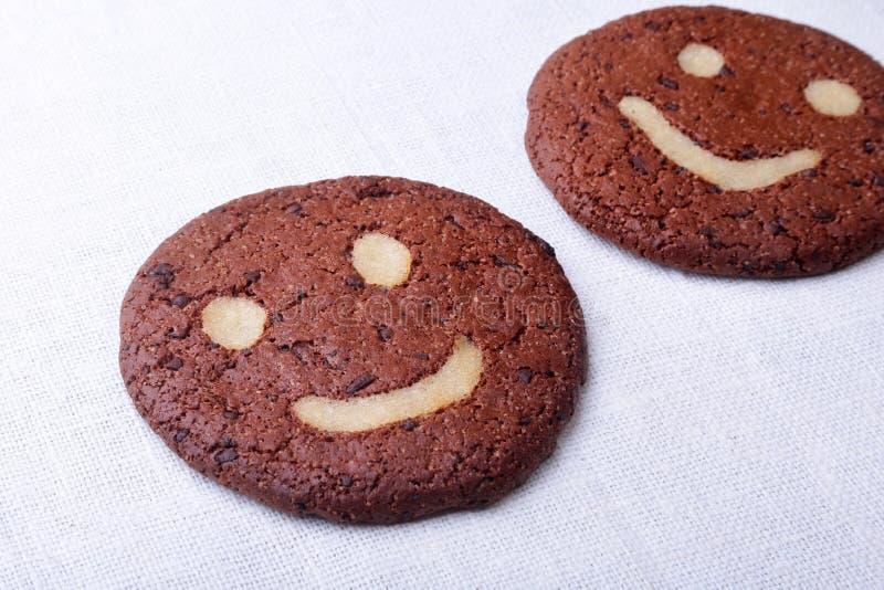 Biscotti di farina d'avena casalinghi in canestro di vimini sul vecchio fondo della tavola Concetto sano dello spuntino dell'alim immagini stock