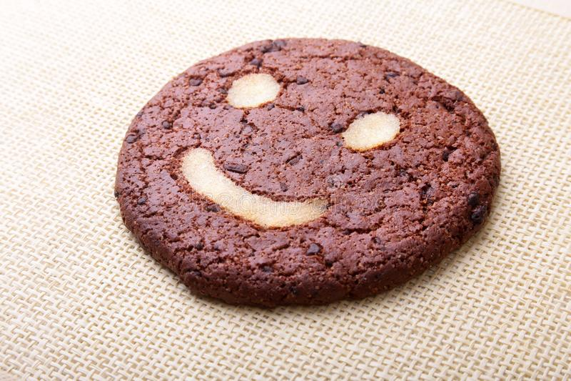 Biscotti di farina d'avena casalinghi in canestro di vimini sul vecchio fondo della tavola Concetto sano dello spuntino dell'alim fotografia stock libera da diritti