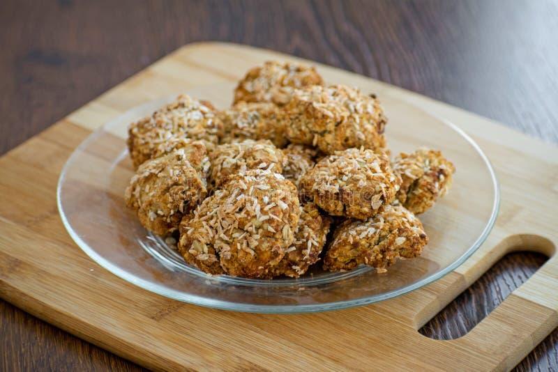 Biscotti di farina d'avena casalinghi con i chip della noce di cocco, i muesli, le albicocche secche ed altre squisitezze Spuntin immagine stock libera da diritti