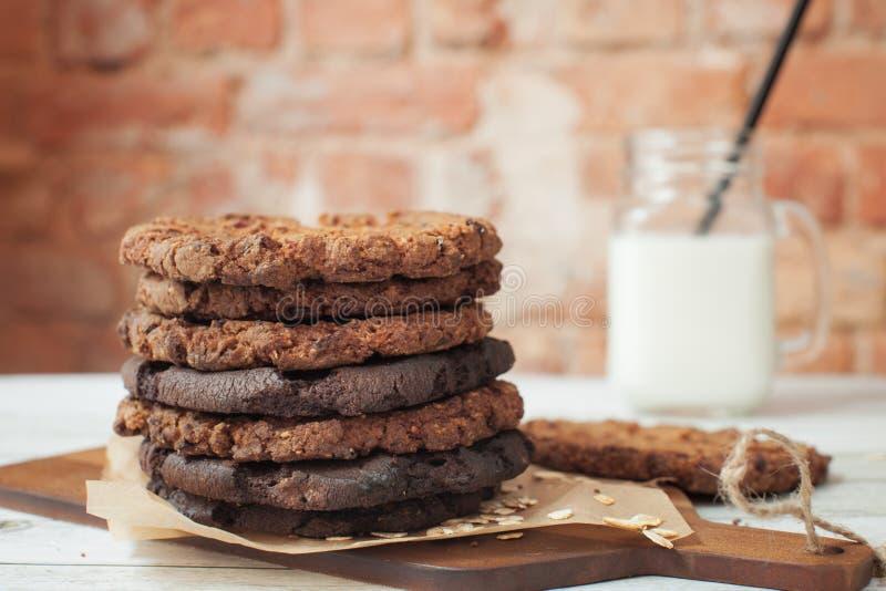 Biscotti di farina d'avena casalinghi con latte immagine stock libera da diritti