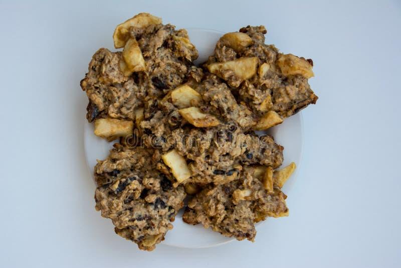 Biscotti di farina d'avena casalinghi sul piatto sui precedenti bianchi fotografia stock libera da diritti