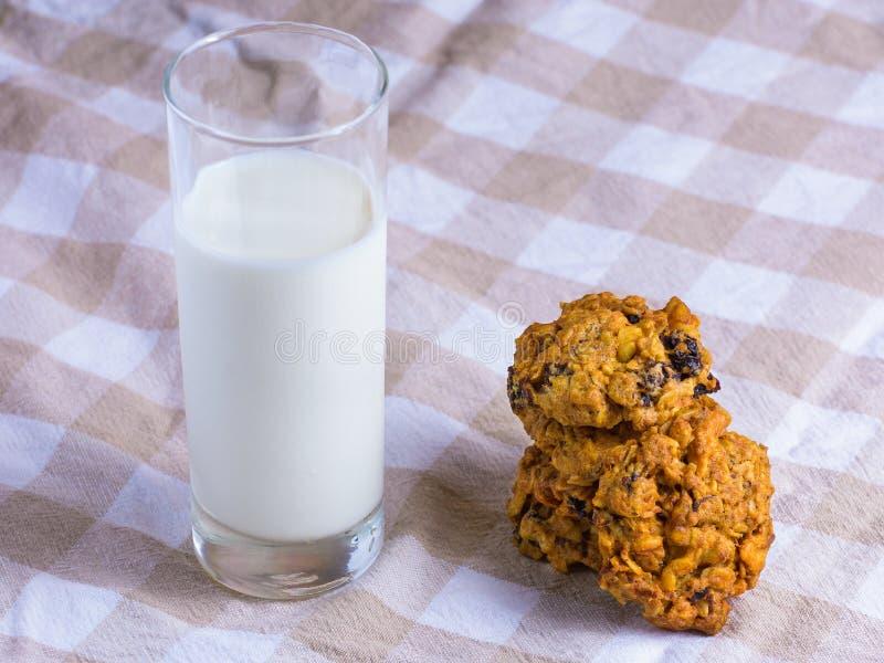 Biscotti di farina d'avena con bicchiere di latte immagini stock libere da diritti