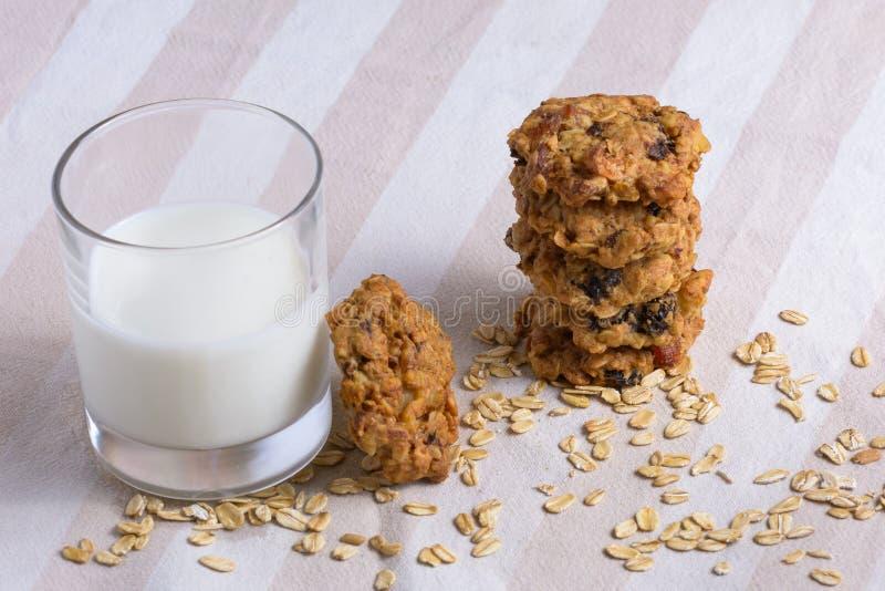 Biscotti di farina d'avena con bicchiere di latte fotografie stock