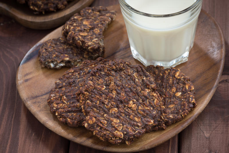 Biscotti di farina d'avena del cioccolato e un bicchiere di latte, vista superiore immagini stock libere da diritti