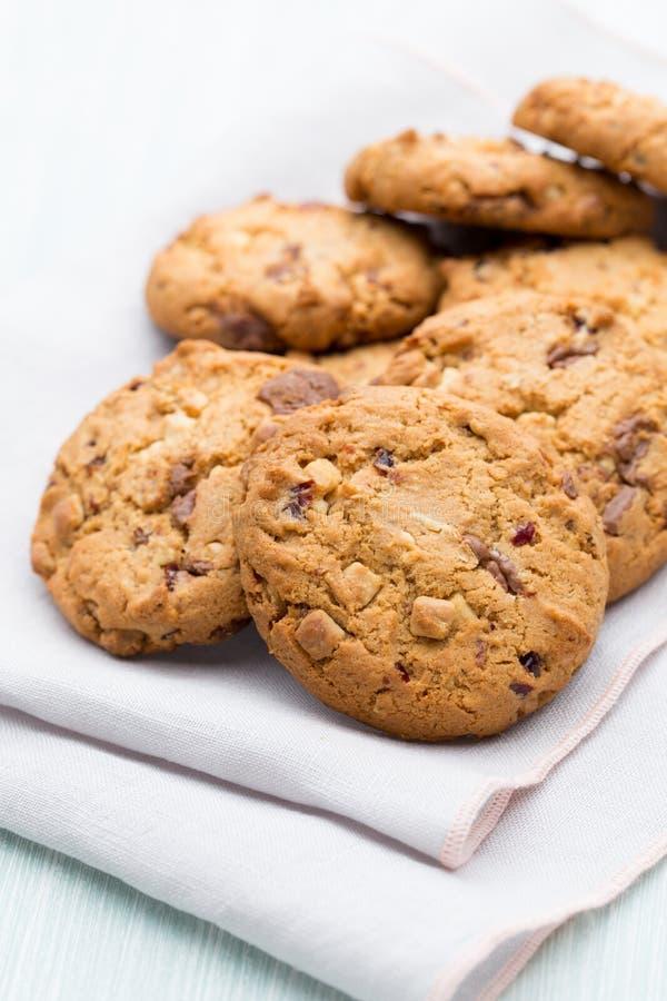 Biscotti di farina d'avena del cioccolato sui precedenti di legno fotografie stock