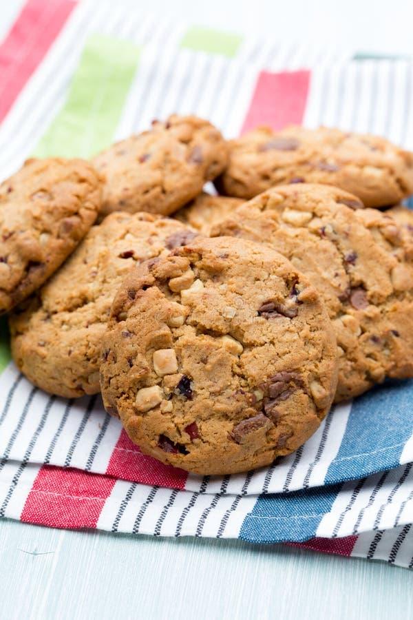Biscotti di farina d'avena del cioccolato sui precedenti di legno immagine stock