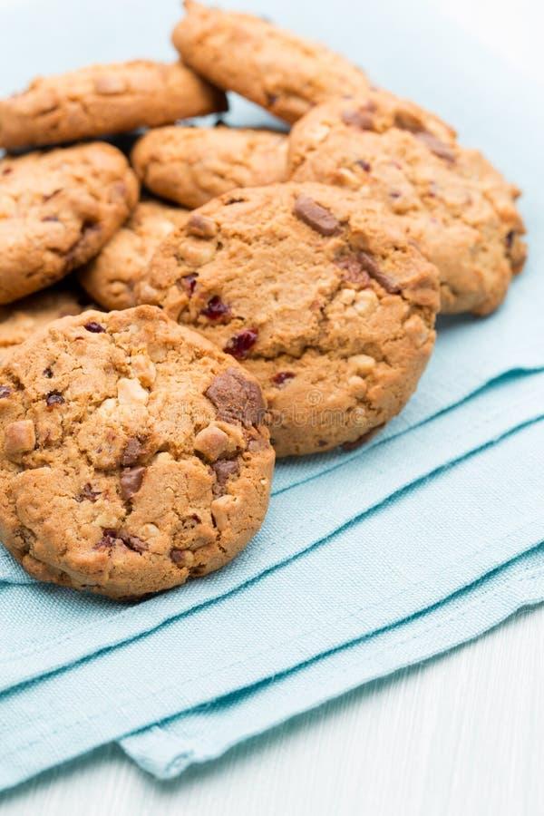 Biscotti di farina d'avena del cioccolato sui precedenti di legno immagini stock libere da diritti