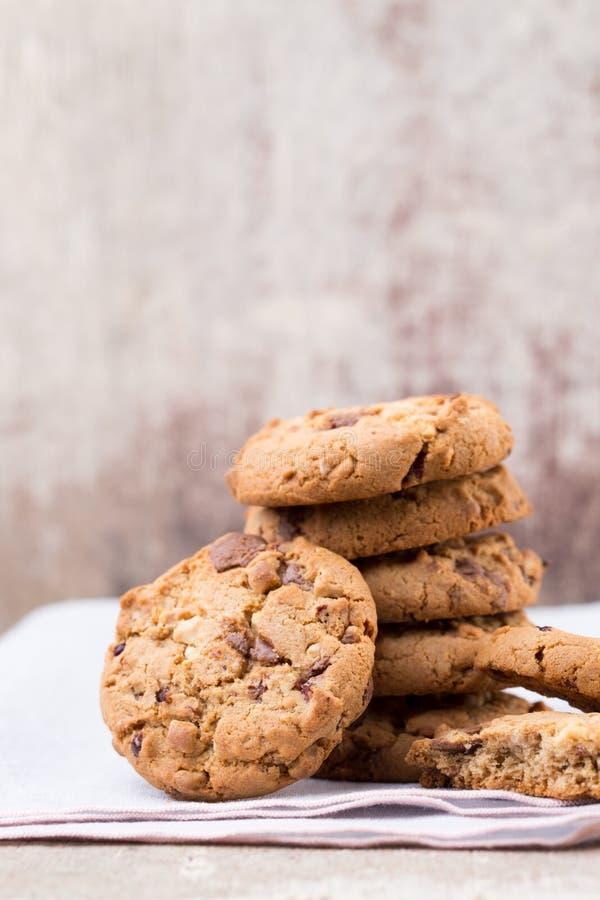 Biscotti di farina d'avena del cioccolato sui precedenti di legno fotografia stock