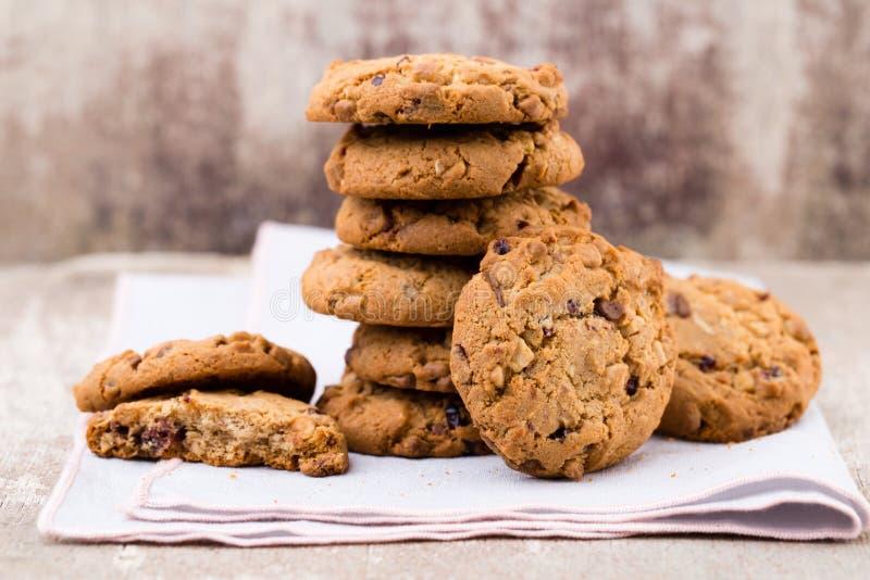 Biscotti di farina d'avena del cioccolato sui precedenti di legno fotografia stock libera da diritti