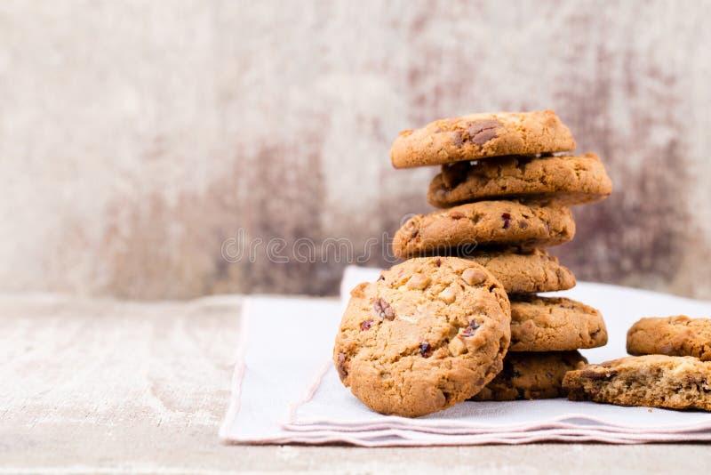 Biscotti di farina d'avena del cioccolato sui precedenti di legno immagini stock