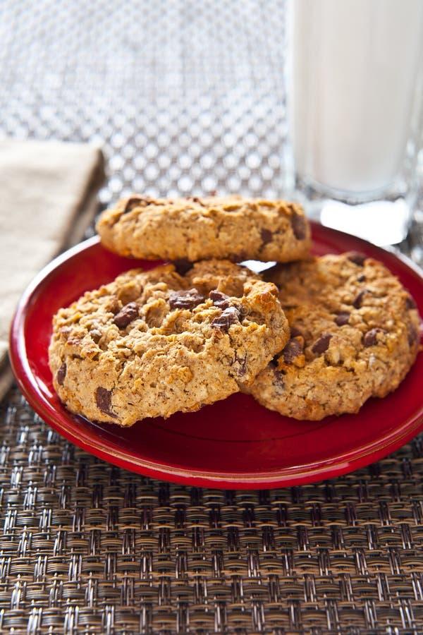 Biscotti di farina d'avena di pepita di cioccolato fotografia stock libera da diritti