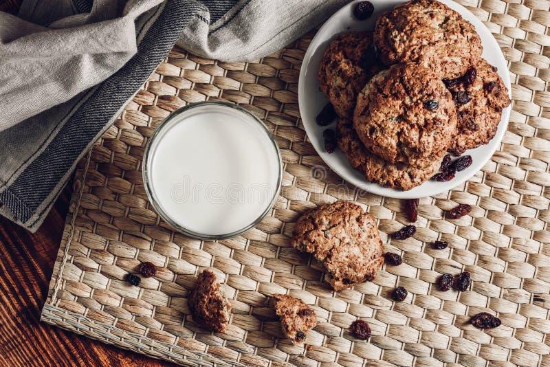 Biscotti di farina d'avena e del bicchiere di latte sul piatto bianco immagini stock libere da diritti