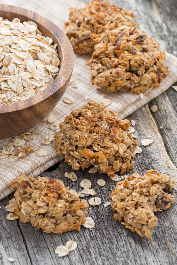 Biscotti di farina d'avena sani, verticali fotografia stock
