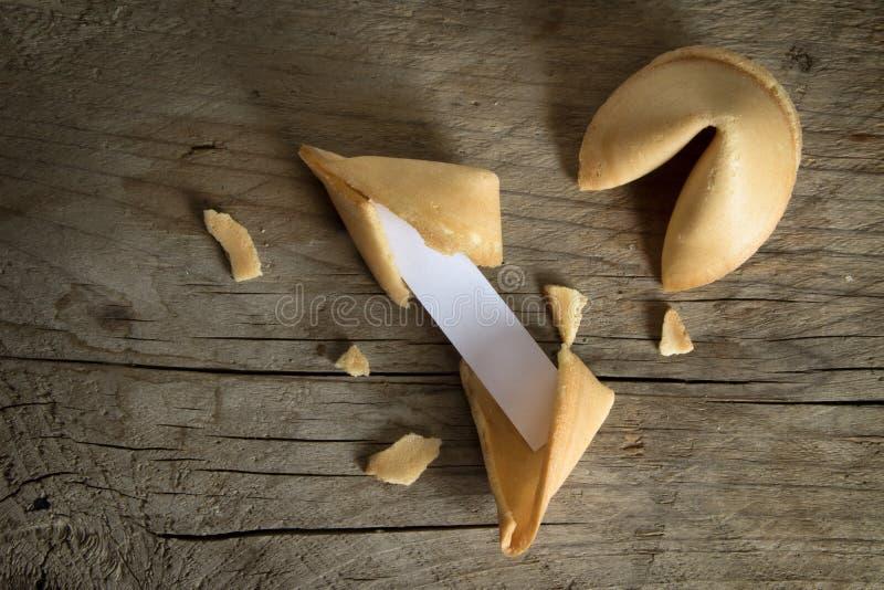 Biscotti di fortuna cinesi con uno slittamento di carta in bianco per il predicti fotografia stock
