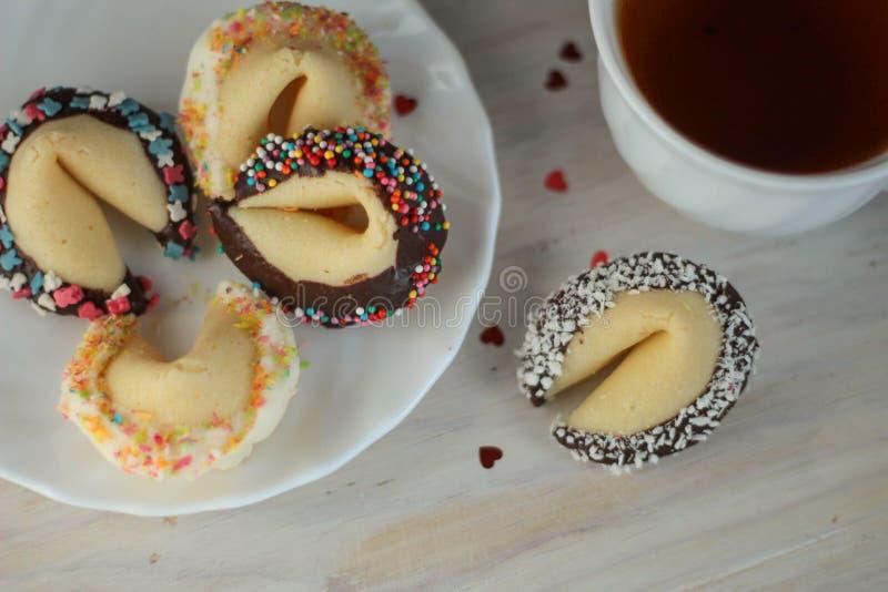 Biscotti di fortuna del biglietto di S. Valentino sul piatto per il giorno speciale immagini stock