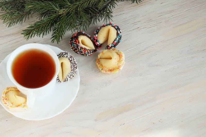 Biscotti di fortuna e una tazza di tè fotografia stock