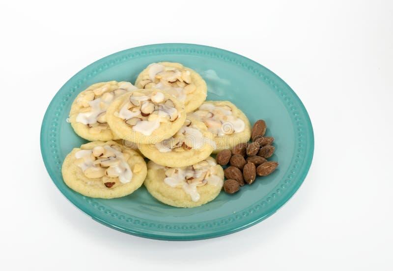 Biscotti di mandorla casalinghi su Teal Plate immagini stock libere da diritti