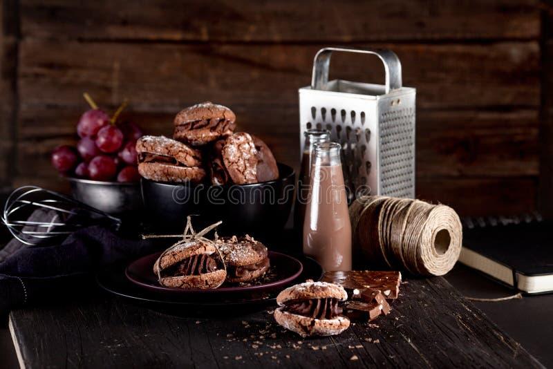 Biscotti di mandorla organici su fondo di legno scuro con cioccolato fotografia stock