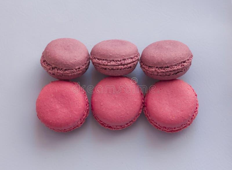 Biscotti di mandorla rosa su un fondo lilla delicato immagine stock libera da diritti